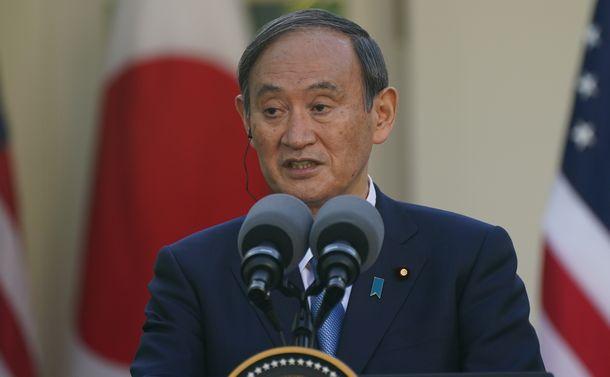 写真・図版 : 日米首脳会談後の共同会見で発言する菅義偉首相=2021年4月16日、ワシントンのホワイトハウス