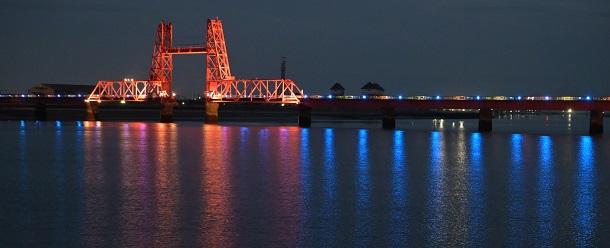 写真・図版 : 4月2日の「世界自閉症啓発デー」に合わせ、自閉症のシンボルカラーである青色にライトアップされた筑後川昇開橋=2021年4月2日、佐賀市諸富町