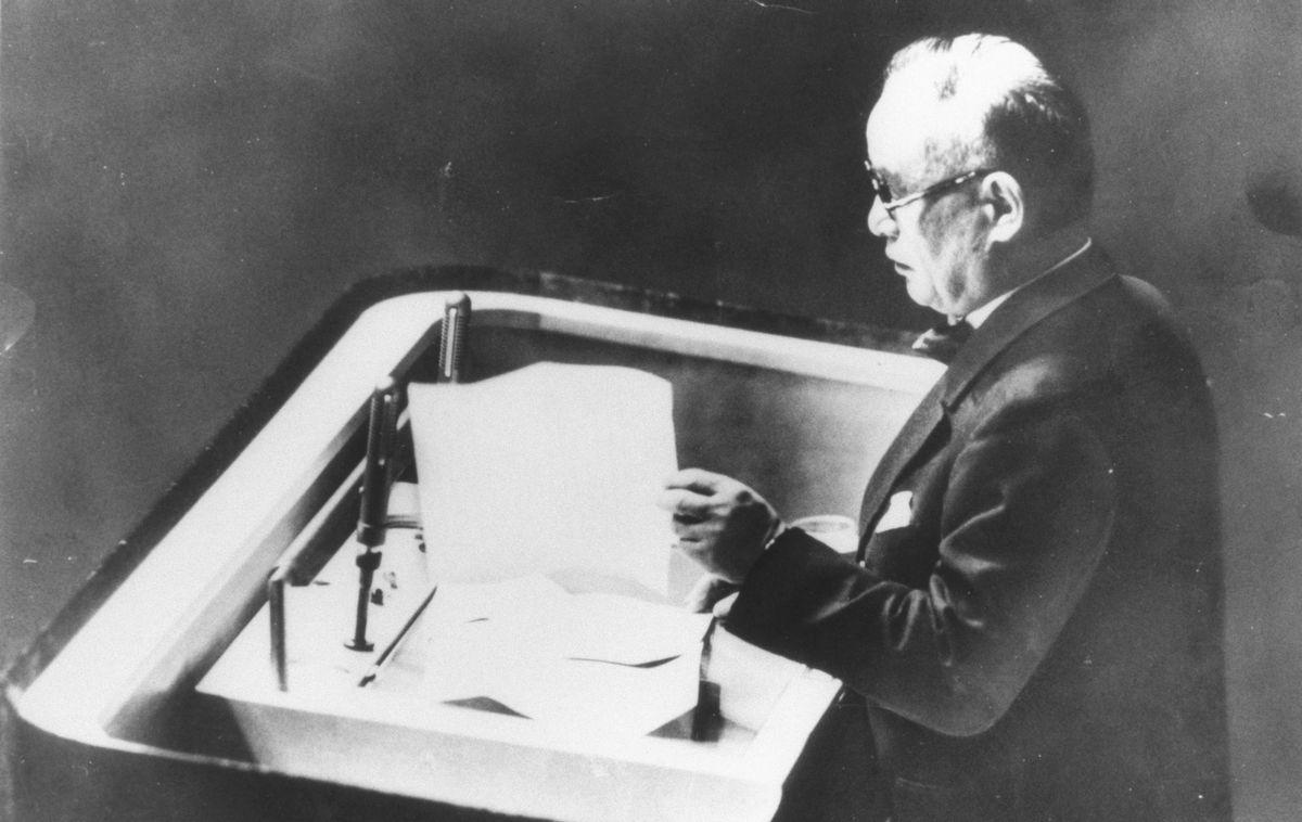 写真・図版 : 日本の国際連合への加盟が認められ、総会で加盟あいさつの演説をする重光葵外相=1956年12月18日、米ニューヨークの国連本部