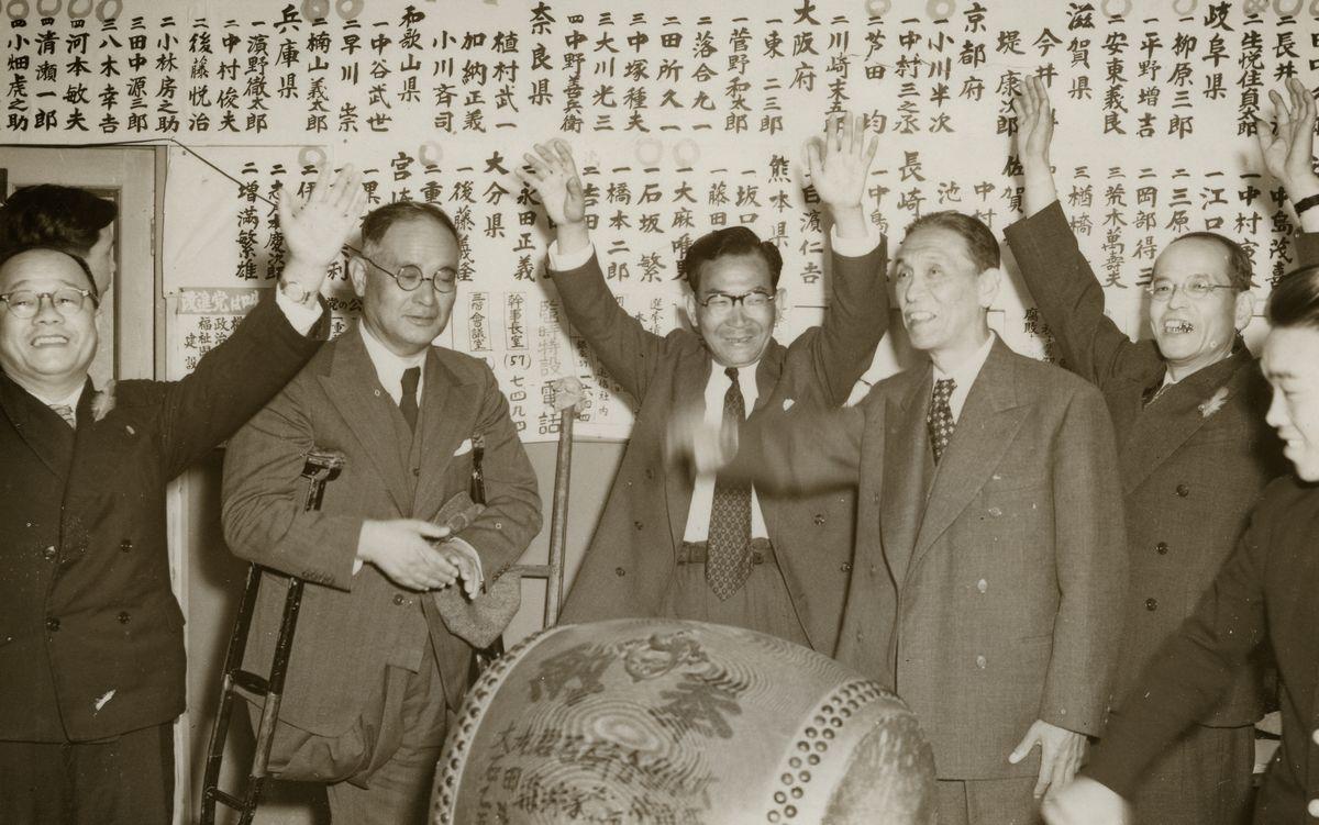 写真・図版 : 2月に結党したばかりの改進党は、吉田茂内閣の「抜き打ち解散」の総選挙で85人が当選。喜びに沸く党首脳。一人おいて左から重光葵総裁、三木武夫幹事長、芦田均顧問=1952年10月2日