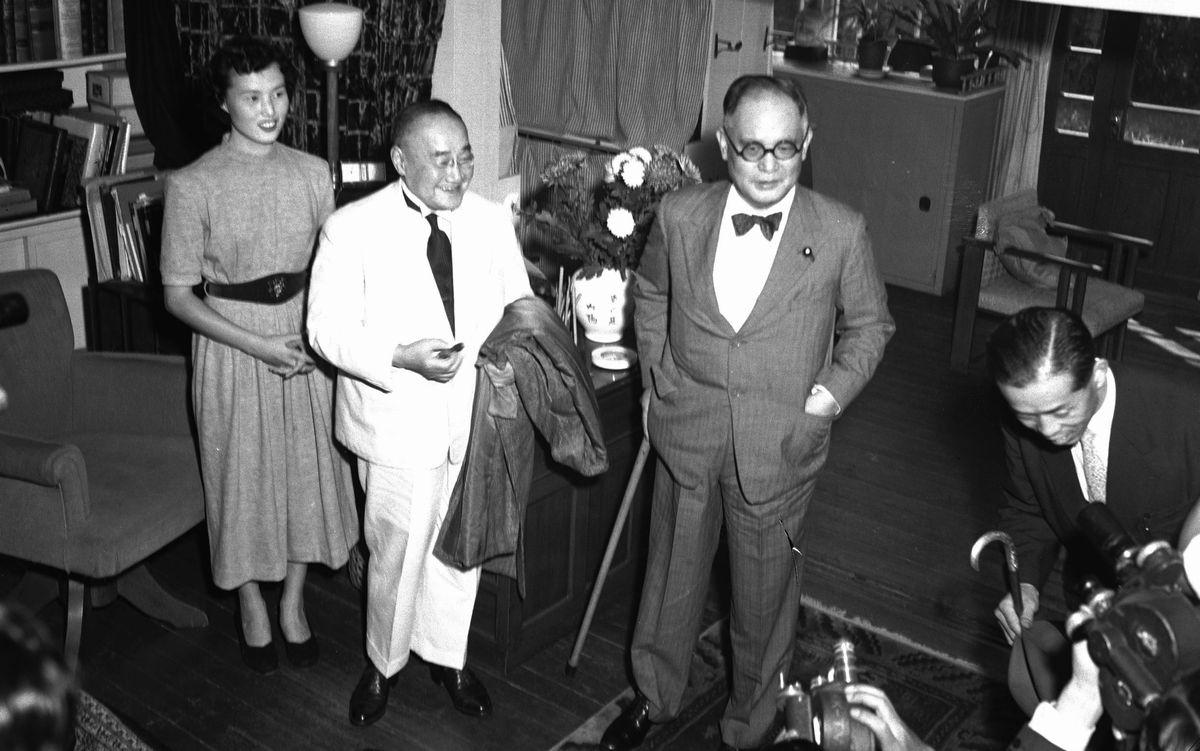 写真・図版 : 吉田茂首相(左から2人目)と重光葵・改進党総裁(その右)の会談が鎌倉市の重光邸で行われ、自衛力増強の長期計画策定と、保安隊の自衛隊への改組で一致。自由・改進両党の了解ができた=1953年9月