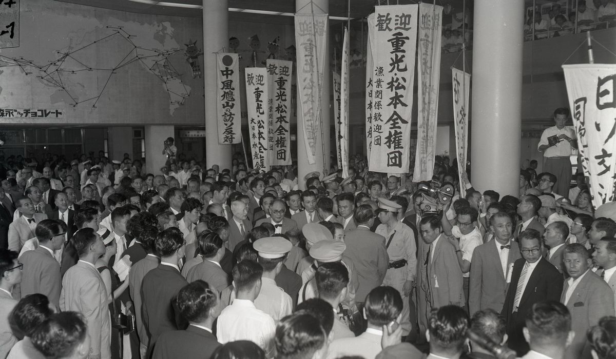 写真・図版 : 訪ソから帰国し、出迎えの人たちに囲まれて羽田空港を出る重光葵首席全権(中央右の眼鏡姿)=1956年9月3日