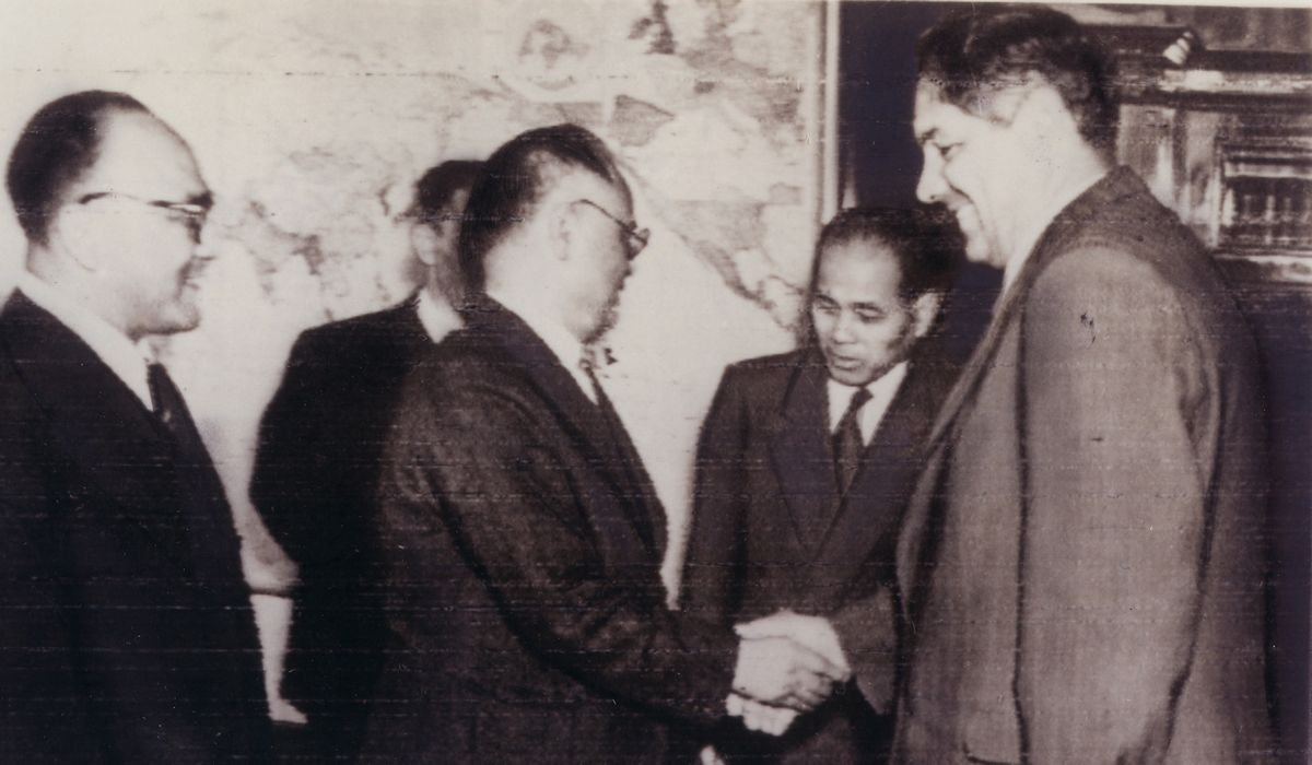 写真・図版 : ⽇ソ国交回復と領⼟問題の交渉を続けた重光葵⾸席全権(中央)とシェピーロフ外相(右)=1956年8⽉、モスクワ