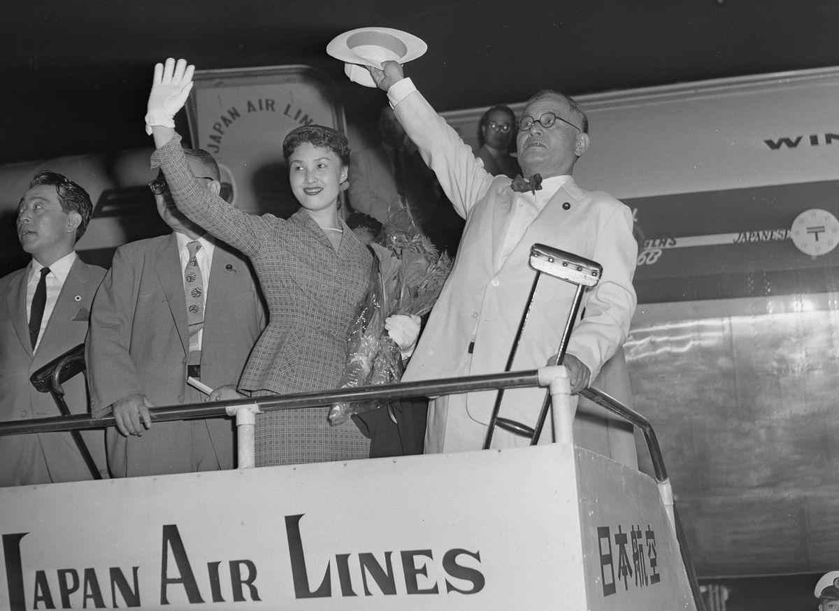 写真・図版 : 訪米する重光葵外相(右)と娘の華子さん=1955年8月23日