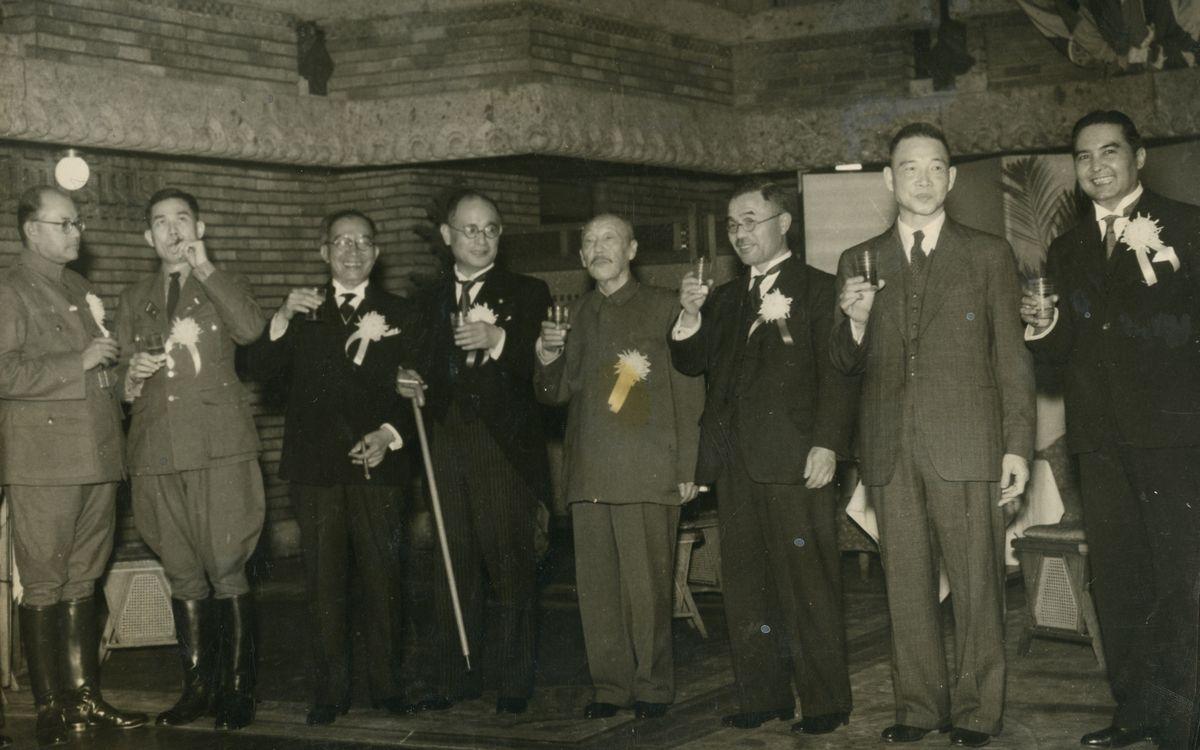 写真・図版 : 大東亜会議に集まった各国代表ら。右からワンワイタヤコン・タイ代表、汪兆銘中華民国行政院長、青木一男大東亜相、張景恵満州国国務総理大臣、重光葵外相、ラウレル・フィリピン大統領、バー・モウ・ビルマ首相、チャンドラ・ボース自由インド仮政府首班=1943年11月4日、帝国ホテル