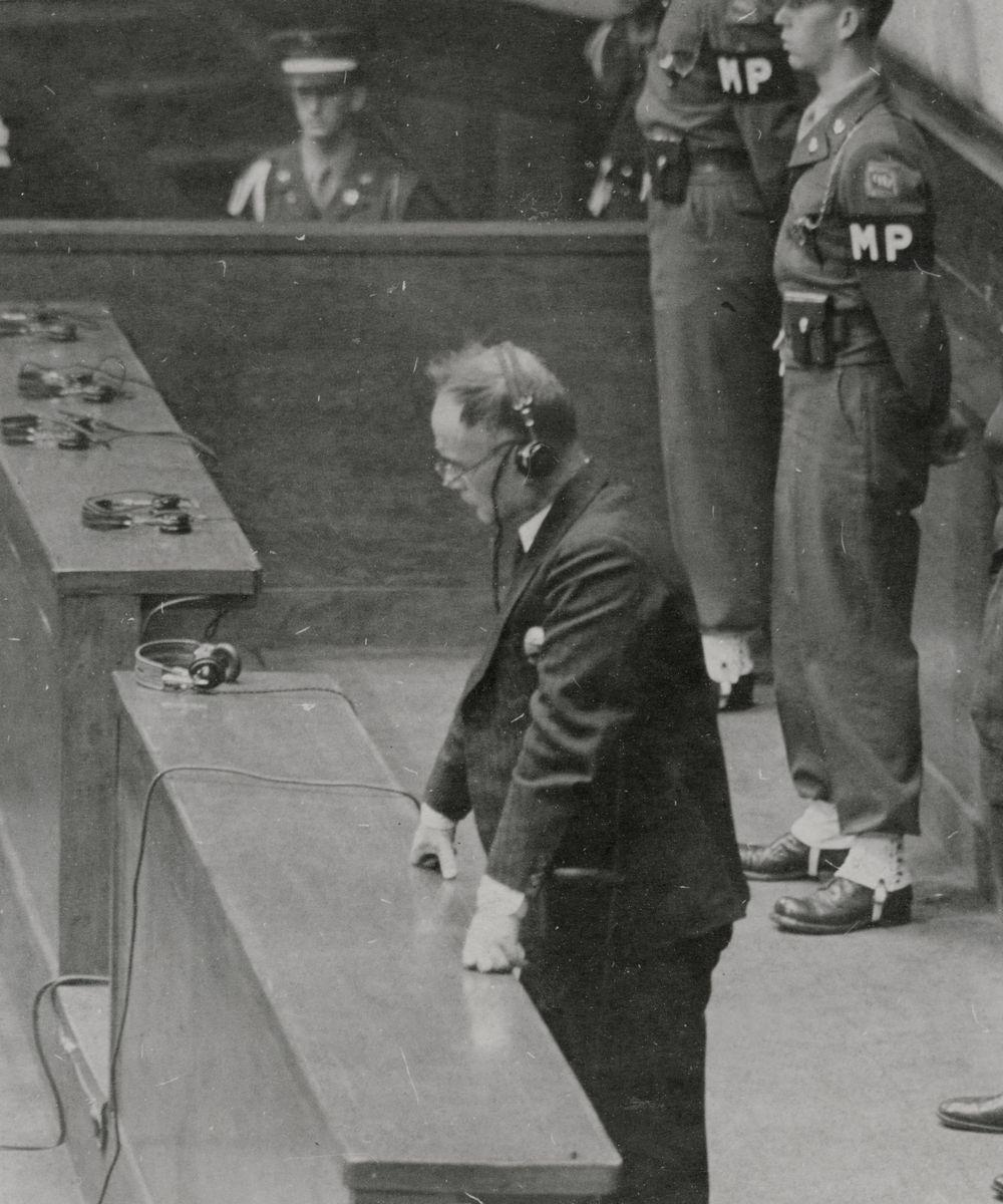 写真・図版 : 極東国際軍事裁判の判決で、禁固7年の量刑言い渡しを聞く元外相の重光葵被告=1948年11月12日