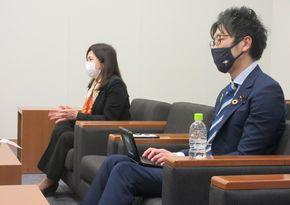 写真・図版 : 堀越啓仁さん(右)と亀井亜紀子さん=2021年4月14日