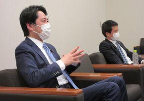写真・図版 : 落合貴之さん(左)と小川淳也さん=2021年4月14日