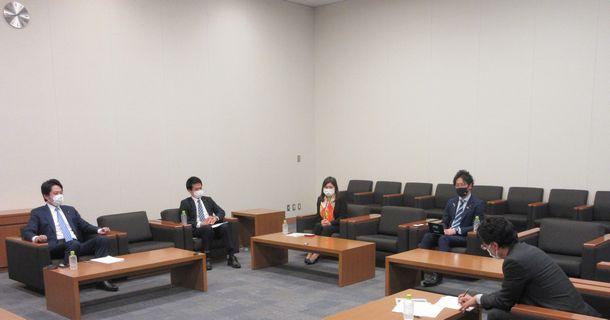 写真・図版 : 座談会にのぞむ左から落合貴之さん、小川淳也さん、亀井亜紀子さん、堀越啓仁さん=2021年4月14日、衆議院第二議員会館