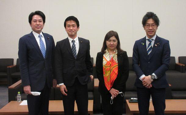 写真・図版 : 座談会を終えて。左から落合貴之さん、小川淳也さん、亀井亜紀子さん、堀越啓仁さん=2021年4月14日、衆議院第二議員会館