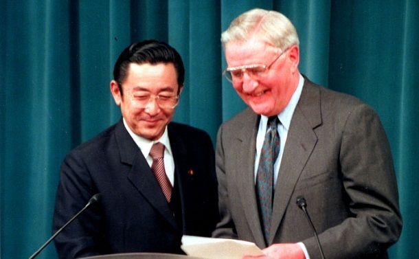 沖縄・普天間飛行場の返還問題について記者会見する橋本龍太郎首相(左)とモンデール駐日米大使 =1996年4月、首相官邸