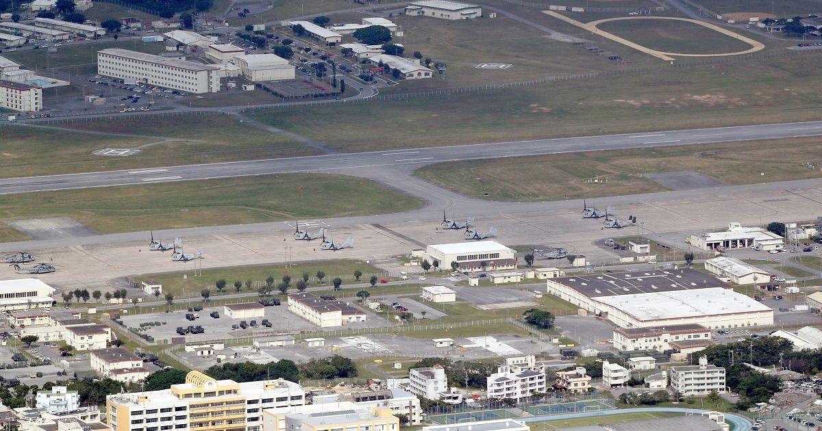 写真・図版 : 普天間基地に駐機するオスプレイ。手前は沖縄国際大学=2019年12月、沖縄県宜野湾市、朝日新聞社機から