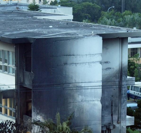 写真・図版 : 米軍ヘリ墜落事故で黒く焼け焦げた沖縄国際大学の校舎の壁面=2004年8月、沖縄県宜野湾市