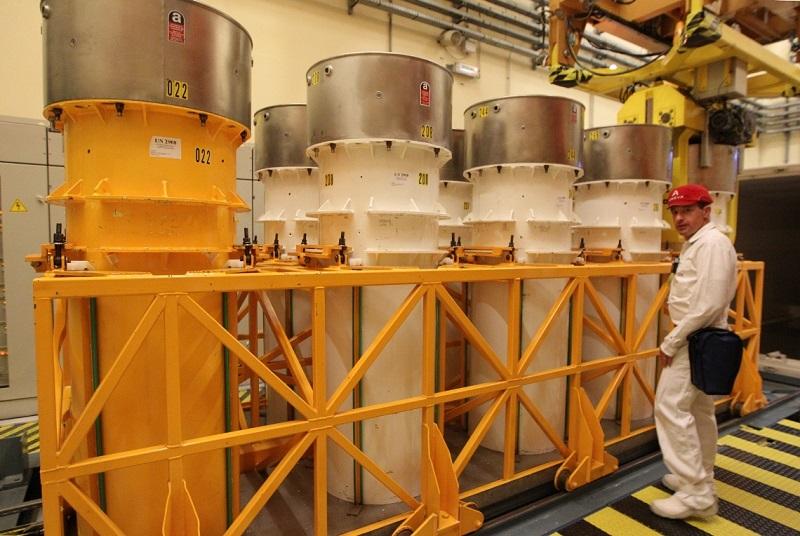 写真・図版 : フランス南部、マルクールにあるMOX燃料製造工場。写真の円筒形はプルトニウムを運ぶ容器= 2013年10月17日