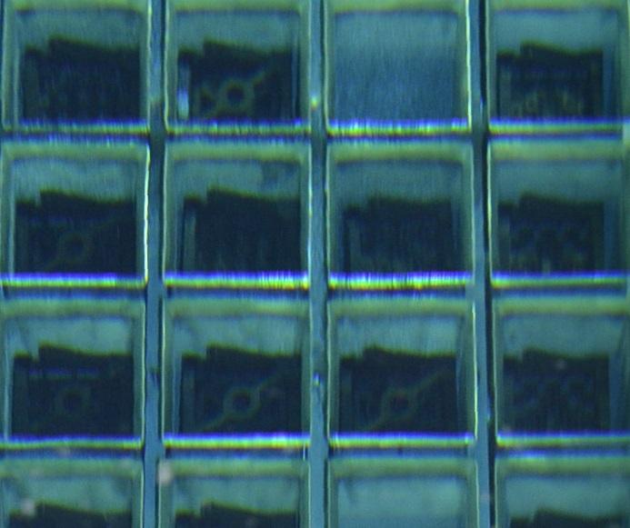 写真・図版 : プールに貯蔵されている核燃料。右から2列目、上から3段目が使用済みMOX燃料=2020年1月14日、愛媛県伊方町、代表撮影