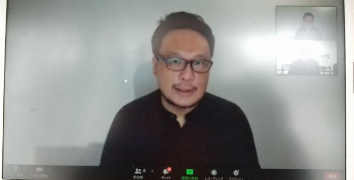 写真・図版 : オンラインで記者会見する香港側プロデューサー、ピーター・ヤムさん