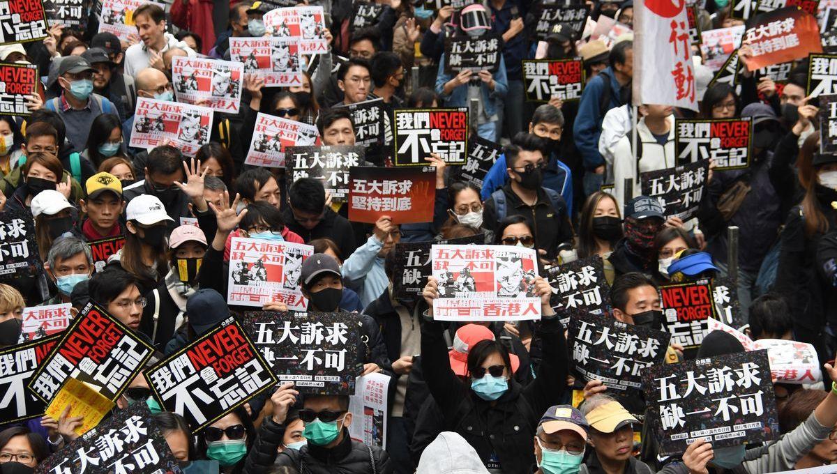 写真・図版 : 2020年1月1日、逮捕されたデモ参加者への恩赦や警察による暴力調査などを求めて新年から香港政府に抗議する市民ら=香港・銅鑼湾