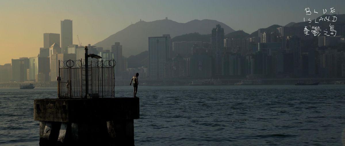写真・図版 : 映画「BlueIsland 憂鬱之島」の一場面=クラウドファンディングのウェブ画面から