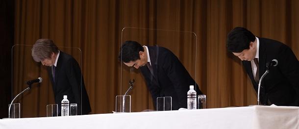 写真・図版 : 情報管理に不備があったとして記者会見で陳謝するLINEの出澤剛社長(中央)。右は舛田淳・取締役最高戦略マーケティング責任者=2021年3月23日、東京都港区