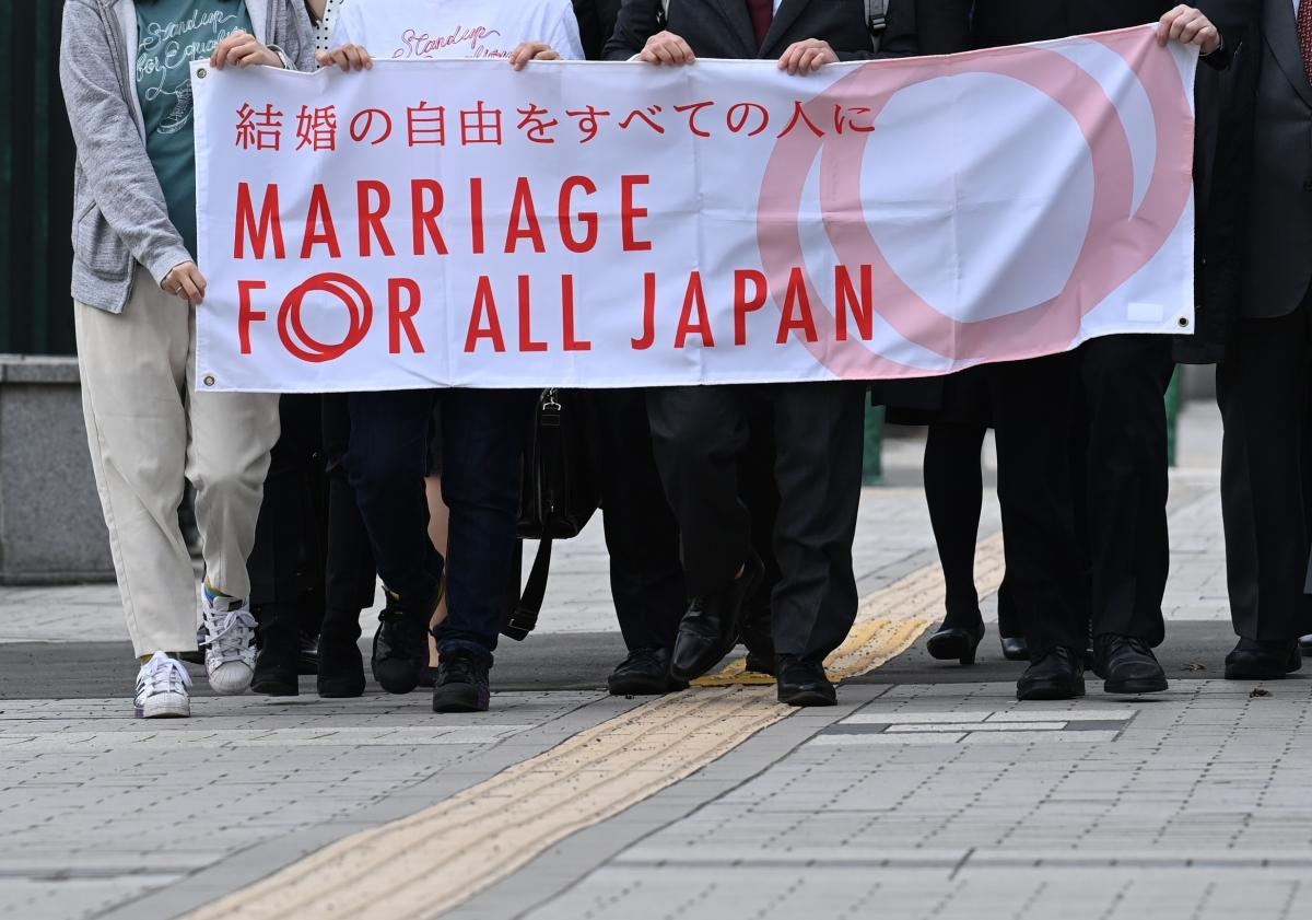写真・図版 : 札幌地裁に向かう原告ら=2021年3月17日、札幌市中央区