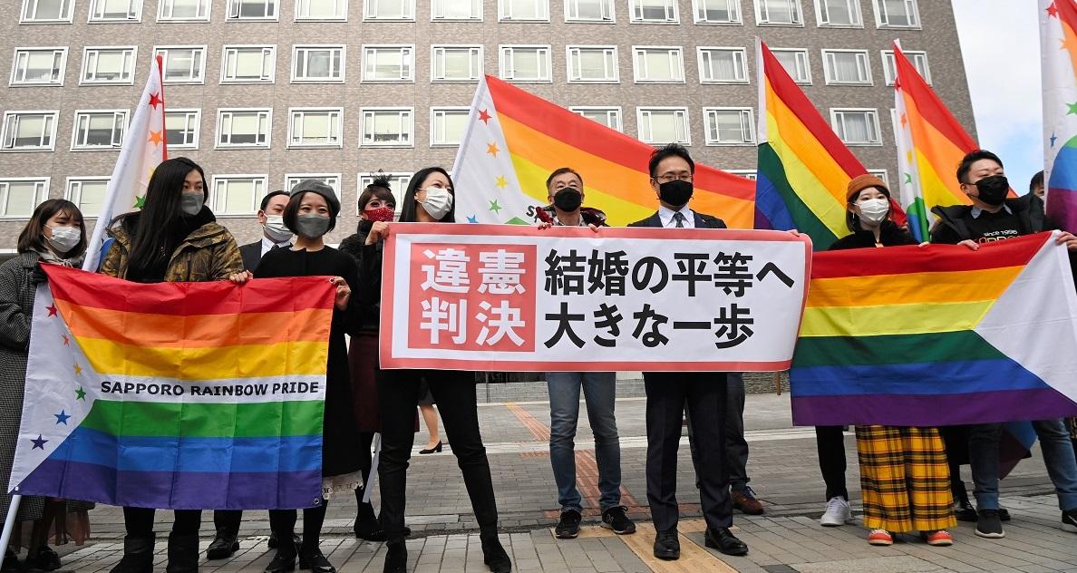 写真・図版 : 判決後、「違憲判決」と書かれた紙を掲げる弁護士=2021年3月17日、札幌市中央区