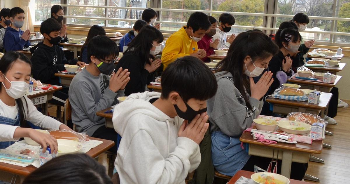 写真・図版 : 給食でも児童たちは全員が前を向き、食べる直前までマスクを着けている=2021年2月26日、兵庫県西宮市の小学校
