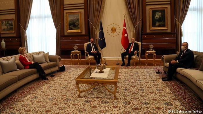 写真・図版 : EUのフォンデアライエン欧州委員長(左端)はトルコのエルドアン大統領(中央右)との会談に臨んだが、離れたソファに追いやられた=2021年4月6日、アンカラ EU提供