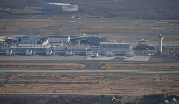 写真・図版 : 新千歳空港と千歳基地=2019年11月13日、北海道千歳市、朝日新聞社機から
