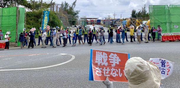 写真・図版 : 辺野古新基地建設に反対する市民。法案が成立すれば市民運動に規制が及ぶ懸念もある=2020年10月、沖縄県名護市、筆者撮影