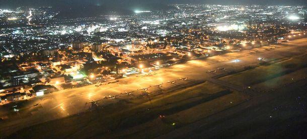 写真・図版 : 米軍横田基地。後方すぐに市街地がせまる=2018年4月10日、東京都羽村市、朝日新聞社ヘリから