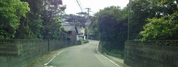 写真・図版 : 九州電力川内原発に最も近い久美崎の集落。数百メートルしか離れていない=2015年8月、鹿児島県薩摩川内市、筆者撮影