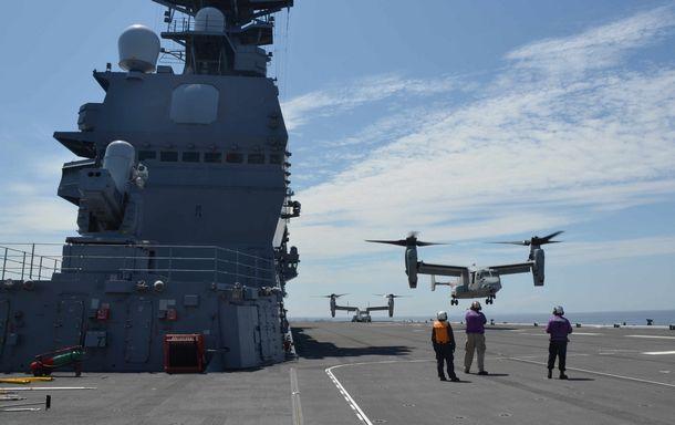 写真・図版 : 海上自衛隊のヘリコプター搭載型護衛艦「いずも」で、相互運用性の向上をねらいに米海兵隊オスプレイの発着艦訓練が行われた=2016年7月、鹿児島県沖
