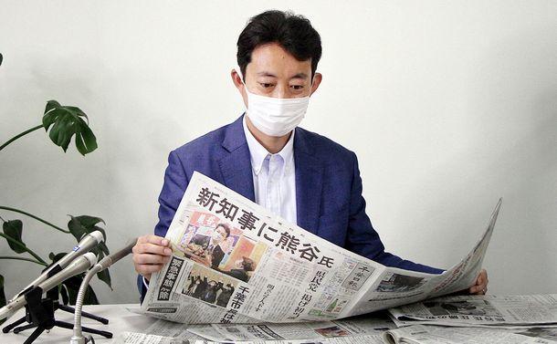 写真・図版 : 千葉県知事の当選から一夜明け、取材に応じる熊谷俊人氏=2021年3月22日、千葉市中央区