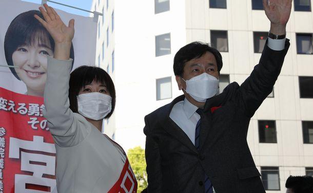 写真・図版 : 参院広島再選挙で宮口治子氏(左)の応援に駆けつけ、有権者に手を振る立憲民主党の枝野幸男代表=2021年4月11日、広島市中区