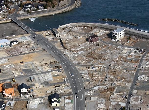 写真・図版 : 津波が押し寄せ、更地が目立つ、いわき市久之浜町の住宅街=2012年2月22日、本社ヘリから