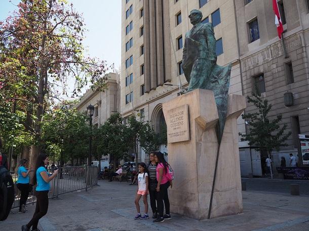 写真・図版 : クーデターの後長く続いた軍政から民主化されたチリでは、アジェンデ元大統領の銅像が首都サンティアゴに立っている=2020年1月14日、サンティアゴ