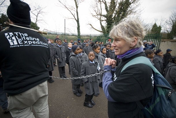 写真・図版 : イギリスでの奴隷貿易廃止200年を記念して行われた「鎖の行進」=2007年3月23日、ロンドン