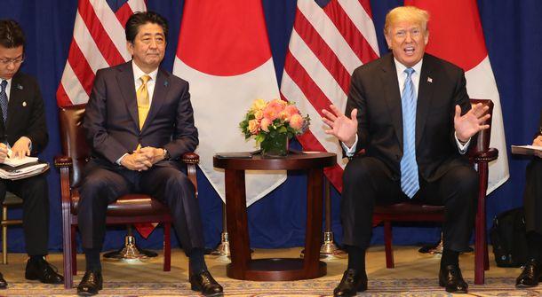 写真・図版 : 日米首脳会談に臨むトランプ大統領と安倍晋三首相=2018年9月26日、ニューヨーク