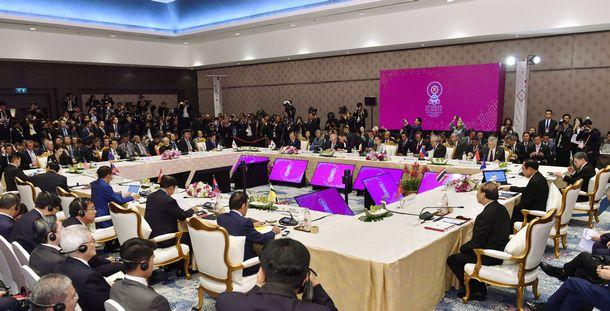 写真・図版 : 安倍晋三首相らが出席したRCEP首脳会合=2019年11月4日、バンコク近郊