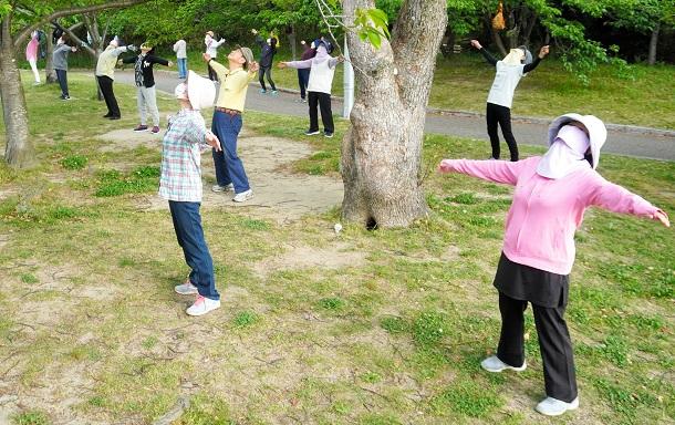千里ニュータウンの公園で毎朝行われているラジオ体操。「朝だけが生きがいです」と話す人もいた=2020年5月9日午前6時31分、大阪府豊中市