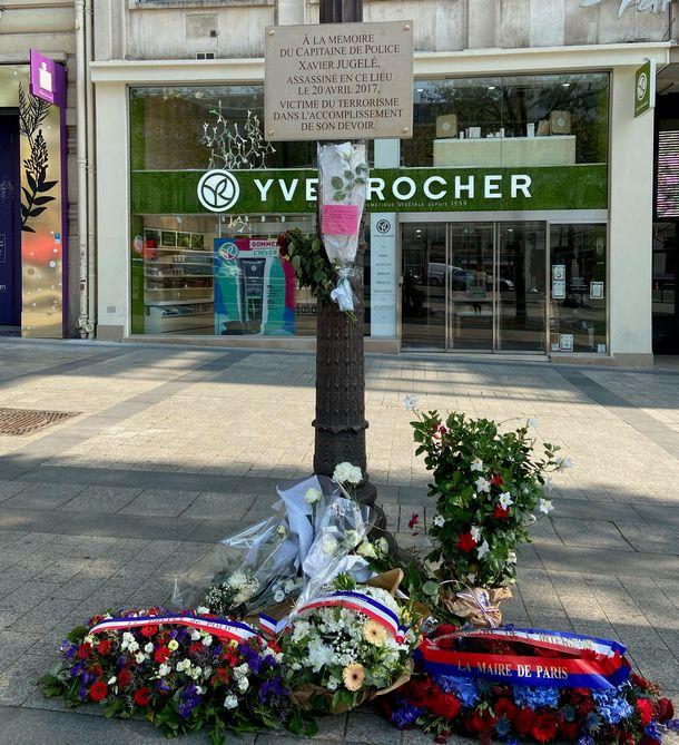 写真・図版 : シャンゼリゼ大通りのテロの犠牲になった警官ザヴィエ-ジュジェレの追悼碑=2021年4月23日,山口昌子撮影