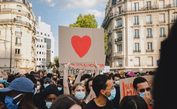 警官が被害者になる事件が相次ぐフランス。解決が簡単ではない複雑な事情