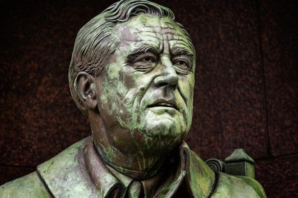 写真・図版 : 米フランクリン・ルーズベルト大統領の像=shutterstock.com
