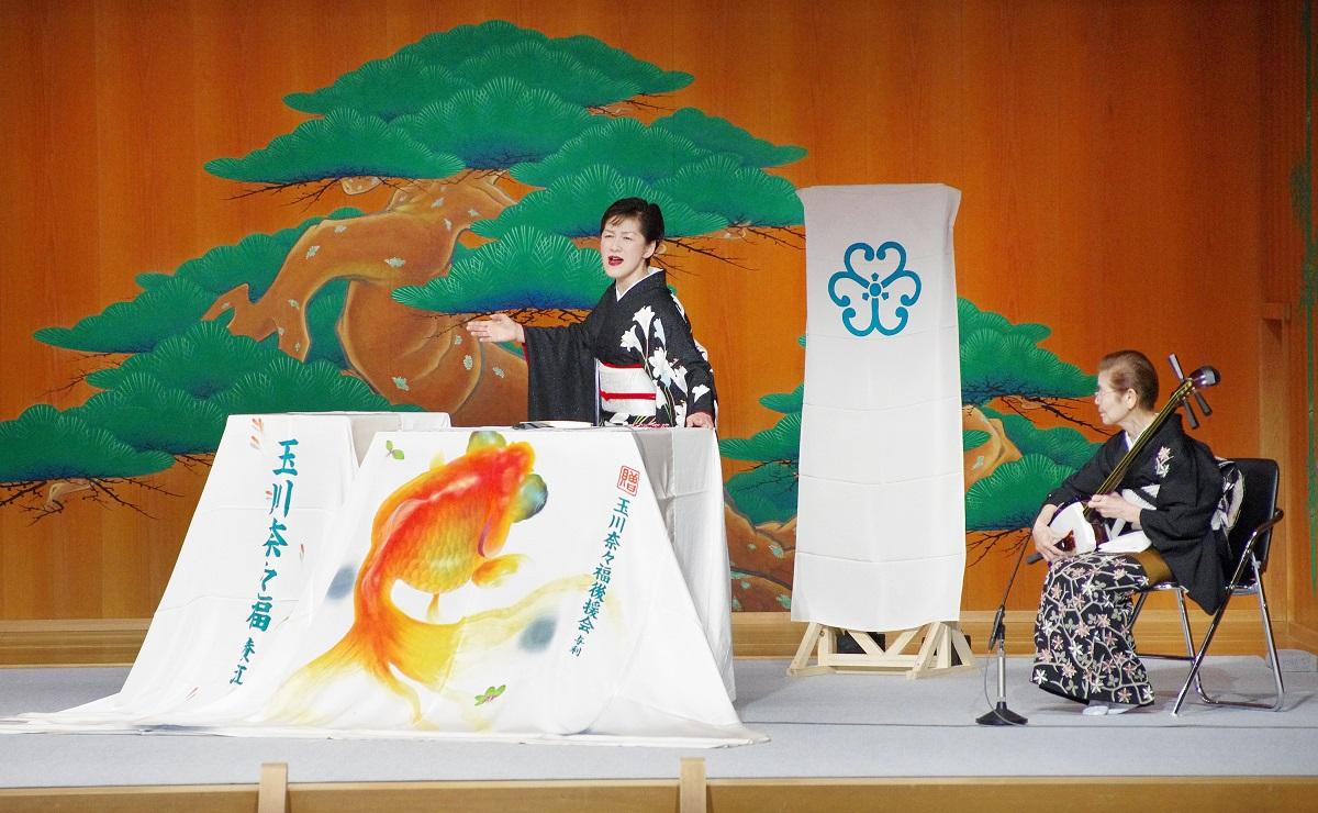写真・図版 : 舞台でうなる玉川奈々福と曲師・沢村豊子=御堂義乗撮影