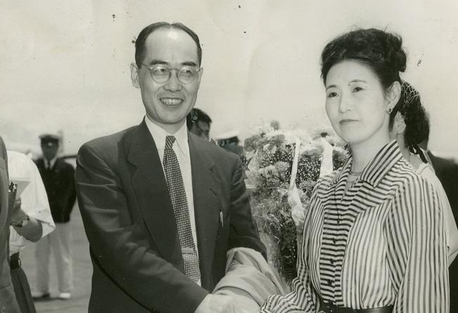写真・図版 : 湯川記念館落成式出席等のためアメリカから帰国したコロンビア大学客員教授の湯川秀樹博士。右は出迎えの澄子夫人=1952年7月5日