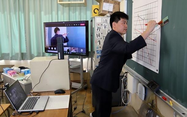 写真・図版 : オンラインで算数の授業をする先生=2021年4月26日、大阪市