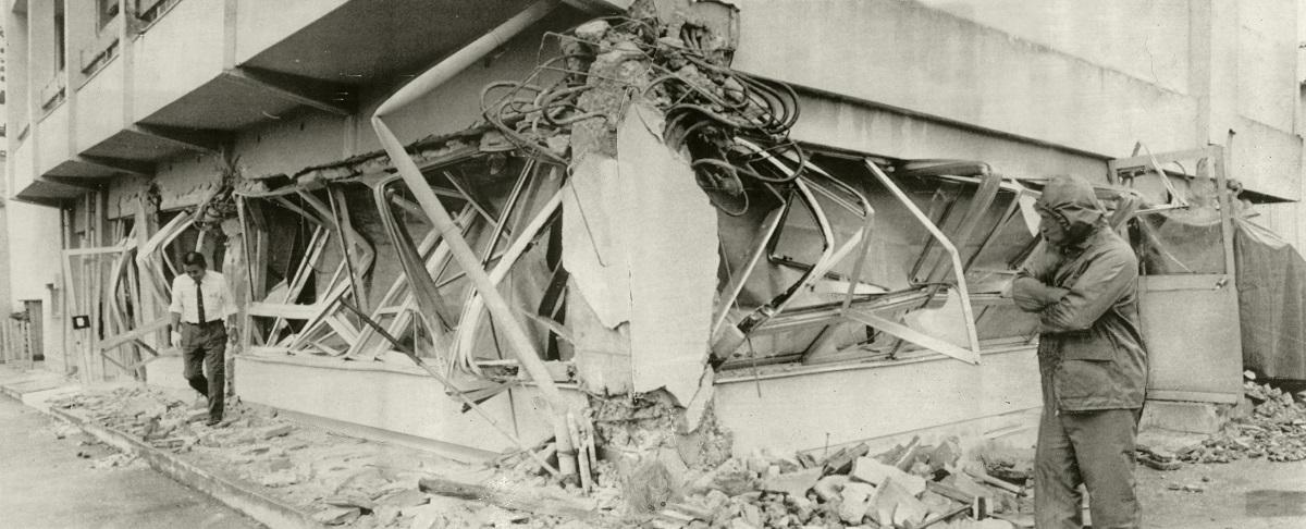 写真・図版 : 宮城県沖地震で1階部分が押しつぶされた3階建てのビル=1978年6月13日、宮城県仙台市