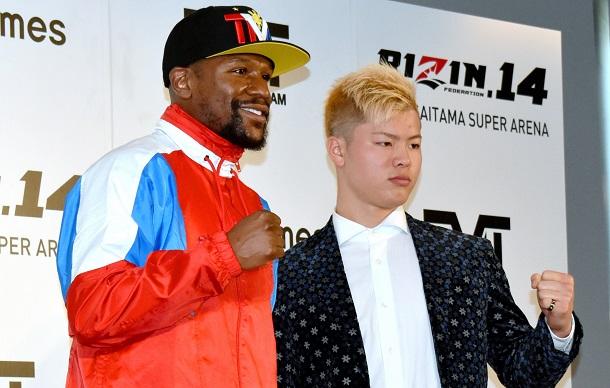 写真・図版 : 2018年の大晦日には、ボクシング界のスーパースターだった元世界チャンピオンのフロイド・メイウェザー(左)とエキシビションを闘った那須川天心