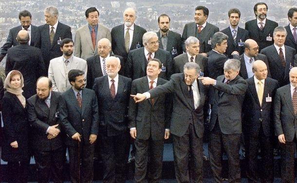 写真・図版 : ボン和平合意締結後の参加者の記念撮影。前列右から4人目がブラヒミ国連特使。ブラヒミの左横はドイツのシュレーダー首相。後列左らか3人目が著者=筆者提供。