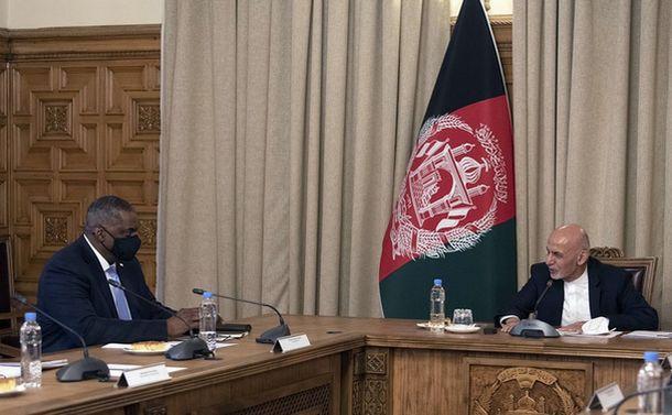 写真・図版 : 予告なしにアフガニスタンを訪問し、同国のガニ大統領と会談したオースティン米国防長官(左)2021年3月21日、オースティン氏のツイッターから